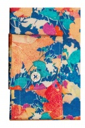 Camasa casual estivala, cu o croiala extracambrata, realizata din tesatura de bumbac cu print floral stilizat